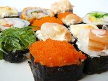 在白色板材设置的寿司卷 库存图片