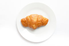 在白色板材,顶视图的新月形面包 汗水在dis的被烘烤的点心 免版税图库摄影
