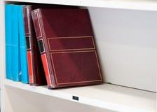 在白色架子的大旧书 免版税图库摄影