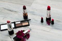 在白色查出的化妆用品 为申请构成的工具 库存照片