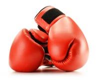在白色查出的对红色皮革拳击手套 免版税库存照片