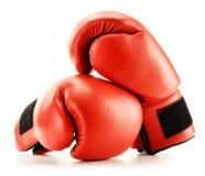 在白色查出的对红色皮革拳击手套 免版税图库摄影
