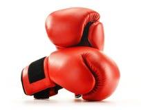 在白色查出的对红色皮革拳击手套 免版税库存图片
