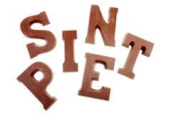 在白色查出的巧克力信函的字SINT和PIET 免版税库存图片