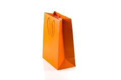 在白色查出的橙色纸袋 库存照片