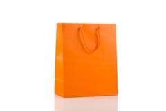 在白色查出的橙色纸袋 免版税库存图片