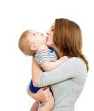 在白色查出的爱恋的母亲藏品男婴 免版税库存图片