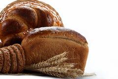在白色查出的种类的新鲜面包。 库存图片