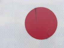 在白色栅格背景的红色圈子小点 图库摄影