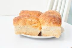 在白色桌上的全麦面包 免版税库存照片