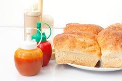在白色桌上的全麦面包 库存图片