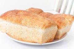 在白色桌上的全麦面包 库存照片