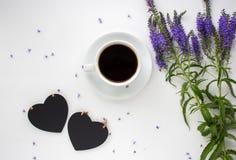 在白色桌上的咖啡杯 免版税库存照片