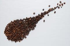 在白色桌上的咖啡粒 库存图片