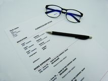 在白色桌上的履历概念 免版税库存图片