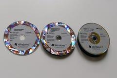 在白色桌上的很多Windows 7专业CD的` s 库存照片