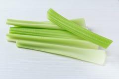 在白色桌上的新鲜的芹菜词根 库存图片
