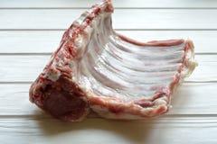 在白色桌上的未加工的羊羔肋骨- 库存照片