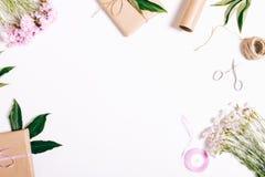 在白色桌上的欢乐构成:康乃馨花,礼物, ri 库存照片