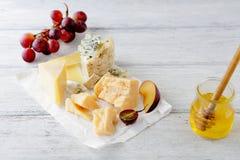 在白色桌上的熟食乳酪 免版税库存图片
