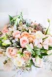 在白色桌上的美丽的现代婚礼花束 库存图片