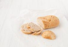 在白色桌上的被烘烤的葱味面包 库存图片