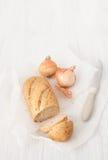 在白色桌上的被烘烤的葱味面包 免版税库存照片