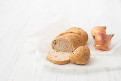 在白色桌上的被烘烤的葱味面包 库存照片