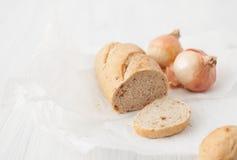 在白色桌上的被烘烤的葱味面包 免版税库存图片