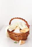 在白色桌上的野餐篮子 安置文本 免版税库存图片