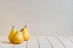 在白色桌上的黄色梨 免版税库存照片