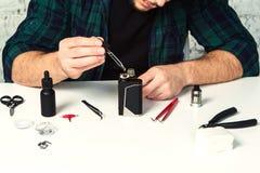 在白色桌上的主要修理ecigarette 免版税库存图片