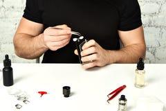 在白色桌上的主要修理ecigarette 库存照片