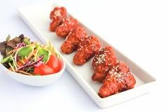 在白色桌上的Bonchon鸡辣和甜口味 免版税库存照片
