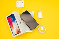 在白色桌安置的新的苹果计算机Iphone x旗舰智能手机 免版税库存图片