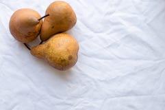 在白色桌布的三个豌豆 免版税图库摄影