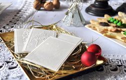 在白色桌布的圣诞节白色薄酥饼 Oplatek 免版税库存图片