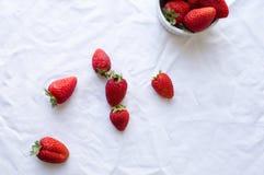 在白色桌布的草莓 免版税库存照片