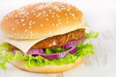 在桌的乳酪汉堡 免版税库存图片