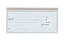 在白色桌面上的空白的支票簿 免版税库存图片