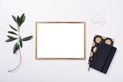 在白色桌面的金黄框架大模型 免版税库存图片