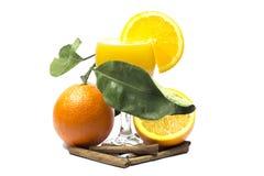 在白色桔子隔绝的橙汁和切片 免版税图库摄影