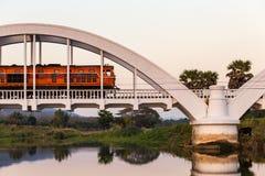 去在白色桥梁的老柴油的火车 免版税库存图片