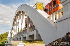 在白色桥梁的移动的火车 免版税库存图片