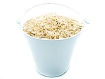 在白色桶的未加工的糙米 库存照片