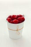 在白色桶的莓 免版税图库摄影