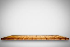 在白色梯度背景的空的木架子 库存照片