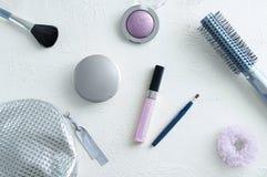在白色概略的背景,面粉的,眼影唇彩头发构成刷子的化妆用品 免版税库存照片