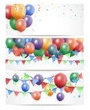 在白色横幅的五颜六色的生日气球 免版税库存照片