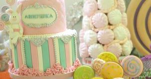 在白色欢乐桌上的五颜六色的蛋糕切片 影视素材